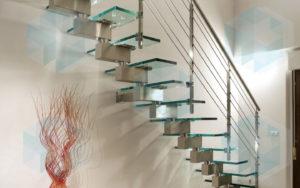 лестница с металлическим основанием, поручнем и стеклянными ступенями