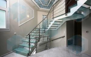 Лестница стеклянные ступени и металлические поручни, под заказ в СПб