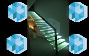 Лестница со стеклянными ступенями и подсветкой ступенек