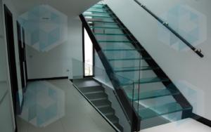 Межэтажная лестница из стекла