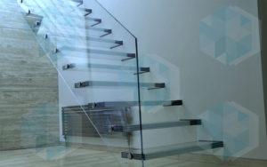 Лестница со стеклянными ступенями и стеклянным ограждением