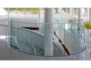 гнутый триплекс: ограждения балконов и террас