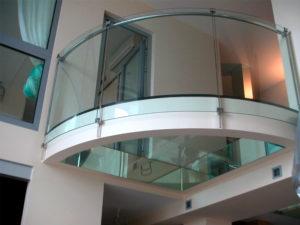 гнутый триплекс: ограждения балконов и лоджий